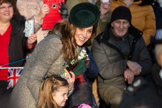 Zajímalo vás někdy, jak vypadá obyčejný den v životě neobyčejného člena královské rodiny? Kate Middleton musí vstávat v pět ráno a nemá čas se ani učesat.
