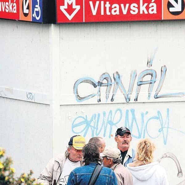 Na Vltavské se to opilci a bezdomovci jenom hemží. Mají tu levné jídlo i alkohol.