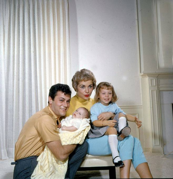 31 let: STonym Curtisem měla dcery Kelly (vpravo) aJamie Lee.