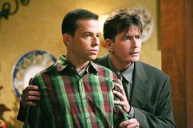 Jon Cryer a Charlie Sheen vseriálu Dva a půl chlapa…