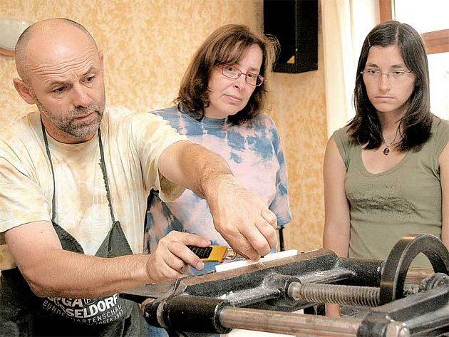 Jeden z mistrů ukazuje zájemcům, jak se ručně vyrábí kniha.