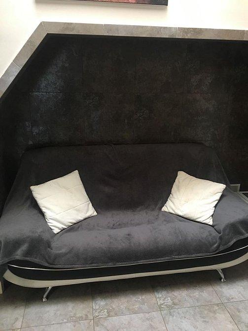 Ve výklenku místo gauče byla dřív vířivka.