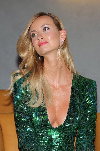 Sexy blondýnka je vskutku krásná.