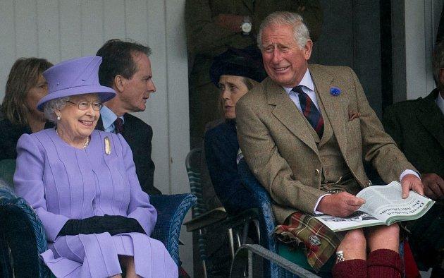 Princ Charles a královna Alžběta II.