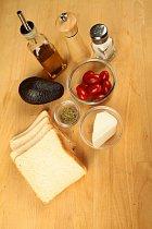 Ingredience na toust neudělají velkou díru do rozpočtu. Budete potřebovat jen chleba na toust, rajče, avokádo, fetu, sůl a pepř a olivový olej.