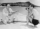 36 let: Kreslíř hraje naslavné pláži Waikiki naukulele. Natáčí ho bratr Roy.