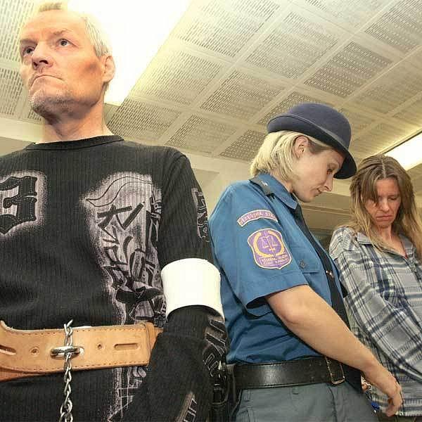 Stejné oblečení, stejný výraz jako v posledních dvou dnech. Pavel Grepl a Antonie Stašková včera potřetí stanuli u soudu, který rozhoduje o výši jejich trestu. Rozsudku se ale nedočkali.