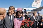 John F. a Jackie Kennedyovi při příletu v roce 1961.