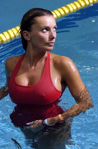 Znáte ji znejrůznějších seriálů, spíš než obličej si člověk zapamatuje výstavní prsa.