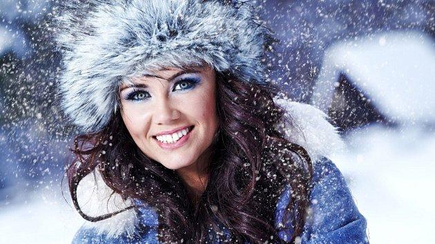 Vlasy v zimě dostávají pořádně zabrat. Sníh, mráz, čepice...Přesto je můžete mít krásné.