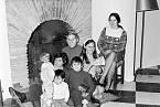 Urodinného krbu smanželkou Monique avšemi dětmi vroce 1970.