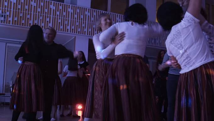 Ženy tu tančí i hrají na nástroje.