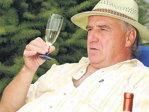 S nějakými břečkami na Uličného nechoďte. Na víno je trenér odborník.