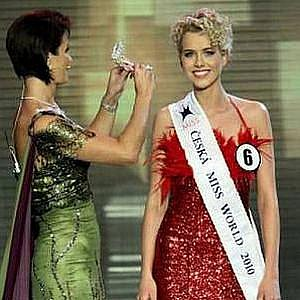PrezidentkaMaláčová dekoruje korunkou Českou Miss World Veroniku Machovou. Což je dost směšné označení, které, doufejme, po sloučení obou soutěží zmizí.