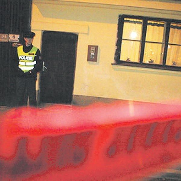 Policisté střeží podezřelý dům v Komárově.