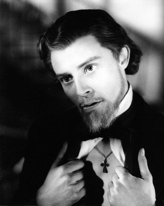 První velkou roli vystřihl vdramatu Idiot (1946).