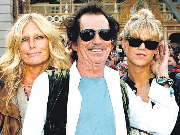 Keith Richards, představitel kapitána Teaguea, s manželkou a jejich dcerou.