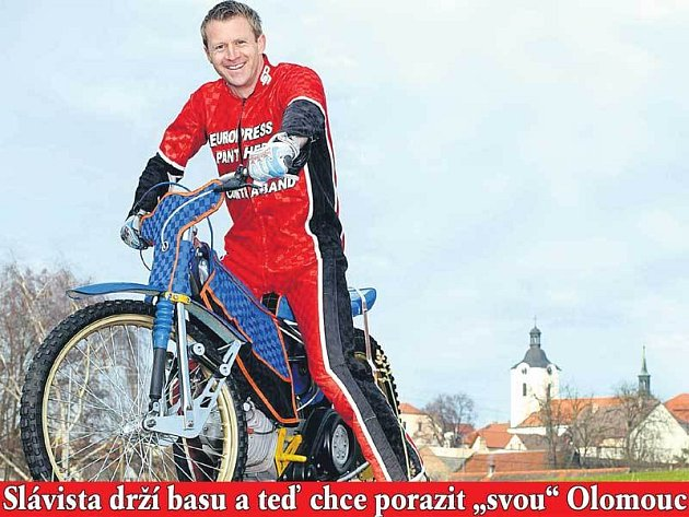 Na plný plyn za titulem! Klidně na plochodrážní Jawě 500, která se vyrábí v Divišově, kde Stanislav Vlček vyrůstal.