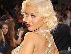Christina Aguilera je královna sex-appealu. Shlédla se v pin-up stylu ke kterému patří kočičí linky a rudé rty.