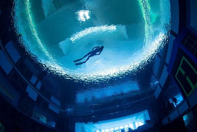 Hloubka bazénu Deep Dive Dubai je neuvěřitelných 60 m.