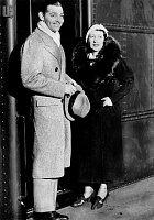 Clark v mládí trpěl na zralé ženy. Druhá manželka Maria Langhamová byla starší o 14 let.