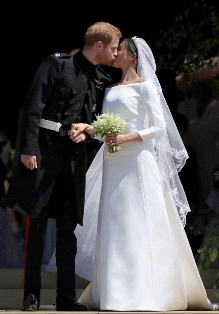 Trend votázce svatebních šatů nyní převzala Meghan Markle.