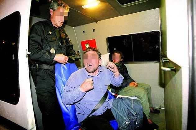 Velkou část opilců přiváží speciální mikrobus městské policie.