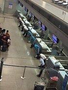 Když má letadlo zpoždění, letecká společnost se omluvně ukloní