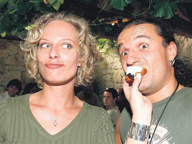 Kristina Kloubková bude už za dva týdny vdanou paní. Svého nastávajícího krmila v Hlinném vdolky, za chvíli už budou létat svatební koláčky.