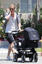 Chris Hemsworth vyměnil kladivo za kočárek.
