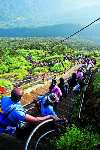 Na5200 schodech vedoucích kvrcholu bývá vsezoně pěkně rušno.