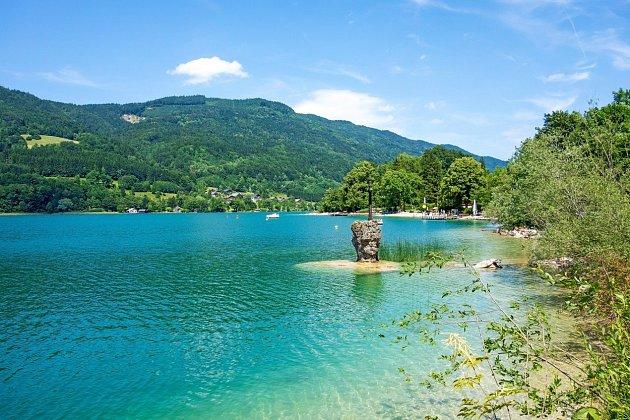 Jezero, které působí dojmem mořského letoviska.