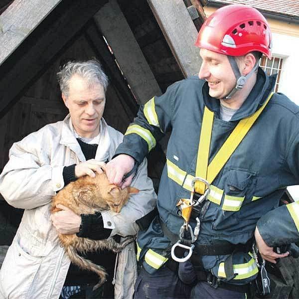 Ve studni bylo mokro a neútulno. Míca to ale díky pomoci místních a hasičů přežila. Farář děkoval Bohu.