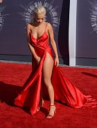 Není divu, že si zpěvačka šaty v rozkroku neustále přidržovala!
