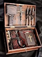 Standardní výbava lovce upírů z 19. stol. Samozřejmostí bylo několik typů křížů, pistole se stříbrnými náboji, několik kůlů a kladivo, který se zatloukal do srdce a pak také česnek. Všechno to jsou údajně věci, kterých se upíři bojí.