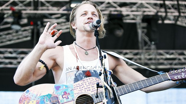 Oblíbený zpěvák Tomáš Klus zahraje na festivalu své nejznámější skladby.
