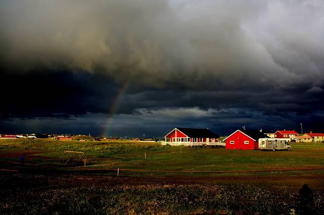Bouřka, duha a typické domky – co víc si pro fotku přát?