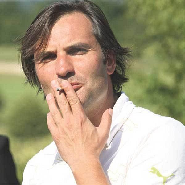 Jiří Macháček si cigaretku neodpustil ani na golfu.
