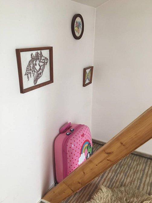 Po celém domě najdete na stěnách různé obrázky.