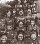 Mladé dívky z řad nacistických vojsk. Na tomto snímku je zachyceno 12 dívek, které měly dohromady na kontě otřesných 775 zabitých, což je 64,5 lidí na jednu nacistickou zrůdu.