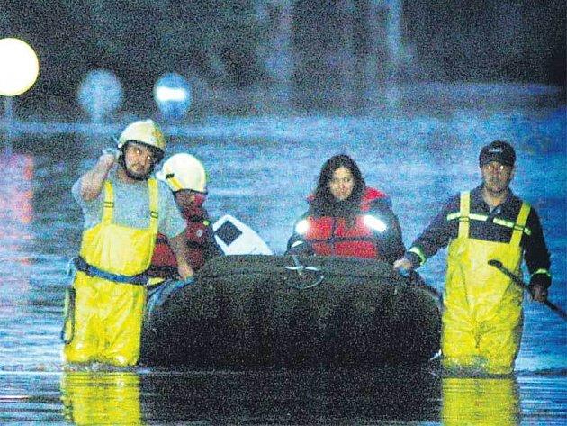 Hasiči při záplavách v roce 2002.