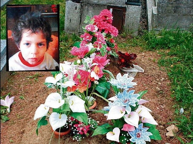 Románkův hrob v Klatovech, na němž zatím není žádné jméno.