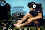 Diego Maradona, jeden z nejlepších fotbalistů světa při poslechu hudby. Co asi poslouchá?