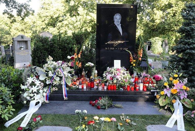 Z hrobu Karla Gotta na pražských Malvazinkách zmizelo hned několik věcí.