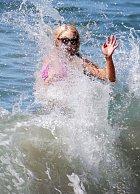 ... když v tom ji spláchla nečekaná vlna!