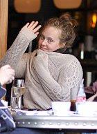 Adele většinou na focení nemá náladu, ale při dobré náladě dokáže i zamávat.