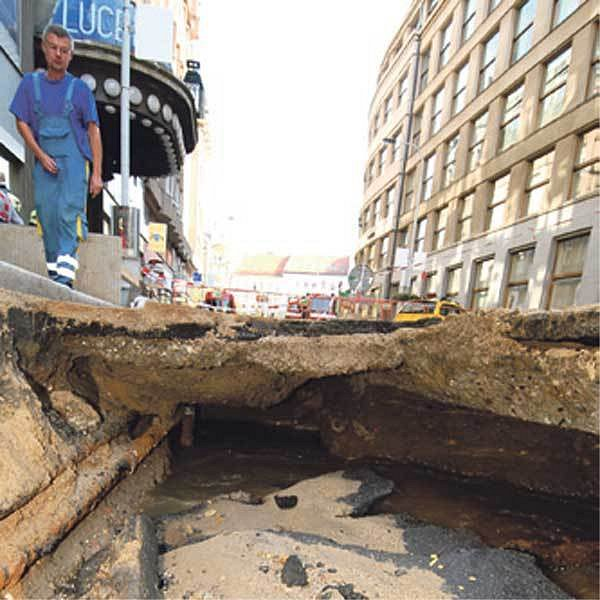 Ve Štěpánské ulici vznikl kráter.