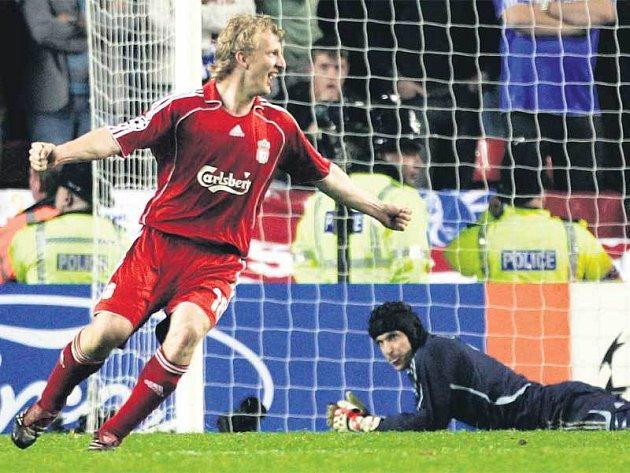 Liverpoolský útočník Kuijt právě proměnil rozhodující penaltu a Petru Čechovi hrůzou vypadl jazyk...