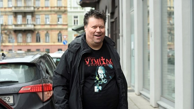 Timo Tolkki je z Finska, proto zde má nárok na bydlení, stejně jako jeho manželka Dominika.