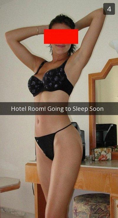 Na prvním snímku je napsáno: Hotelový pokoj! Za chvíli jdu spát.